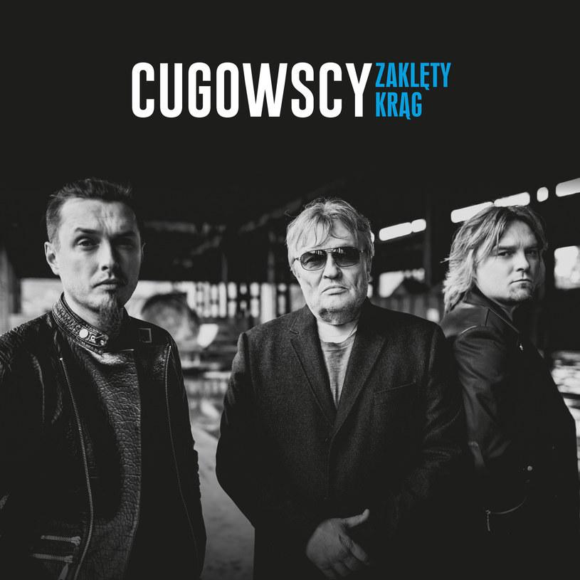 Wiele przez lata chodziło plotek, że Krzysztof Cugowski z zazdrości o piękny wokal swojego syna, Piotra, utrudnia chłopakom karierę. A tu nagle niespodzianka. Tatko i przychówek na jednym albumie.