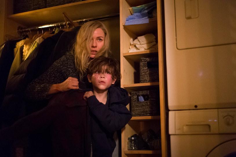 """Gwiazda przełomowych dla kina grozy produkcji """"The Ring"""" i """"Mulholland Drive"""", Naomi Watts, powraca w mrocznym thrillerze """"Osaczona"""", wyprodukowanym przez Luca Bessona (trylogia """"Uprowadzona"""", """"Lucy"""", seria """"Transporter"""")."""