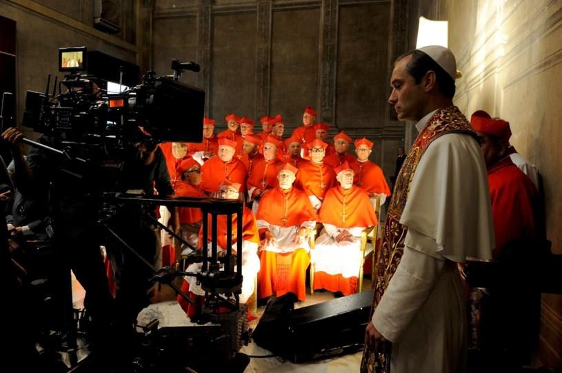 """W piątek, 28 października, w HBO i HBO GO odbędzie się premiera nowego serialu """"Młody papież"""" (The Young Pope) w reżyserii laureata Oscara Paolo Sorrentino. W główną rolę - postać Piusa XIII, pierwszego amerykańskiego papieża w historii Kościoła, wciela się Jude Law."""