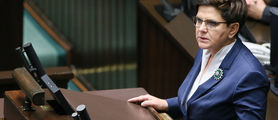 Wprowadzenie od 1 stycznia 2017 roku programu wsparcia dla rodzin wychowujących niepełnosprawne dzieci, zabezpieczenie na ten cel środków w przyszłorocznym budżecie i przeprowadzenie akcji promującej ochronę życia - takie trzy zobowiązania rządu przedstawiła w Sejmie Beata Szydło. Premier wystąpiła tuż przed głosowaniem ws. obywatelskiego projektu zaostrzającego przepisy aborcyjne. Projekt, zakładający m.in. całkowity zakaz i penalizację przerywania ciąży, został odrzucony głosami 352 posłów.