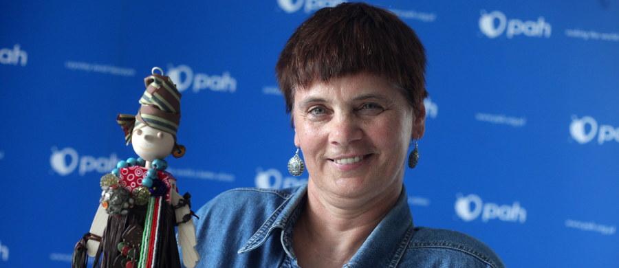 """""""Na pewno Pokojowa Nagroda Nobla dla prezydenta Kolumbii jest zasłużona, to co osiągnął jest ważne dla światowego pokoju i jego kraju"""" - mówi w Popołudniowej rozmowie w RMF FM prezes PAH Janina Ochojska. Przyznaje jednak, że jest zawiedziona: """"Oczekiwałam, że Nobla dostaną greccy wyspiarze czy Białe Hełmy z Syrii"""". Odnosząc się do badań, z których wynika, że w Polsce wzrósł odsetek tych, którzy nie chcą przyjmować uchodźców, odpowiada: """"Nie wiem jak te badania są robione, nie chcę wyników negować, natomiast w moim otoczeniu spotykam ludzi, którzy chcą przyjmować uchodźców i mówią o obowiązku chrześcijanina i człowieka wobec człowieka"""". Na pytanie, czy Polacy chcą pomagać Syryjczykom, odpowiada: """"Chcemy, ale jak na potrzeby Syryjczyków to jest za mało. Na pewno chętniej wspierane są takie działania jak np. po trzęsieniu ziemi w Nepalu czy budowa studni w Sudanie Południowym. (...) O wiele łatwiej jest zebrać pieniądze na pomoc humanitarną na terenach najbiedniejszych albo tam, gdzie mamy do czynienia z katastrofami. Trudniej jest na wojnie""""."""