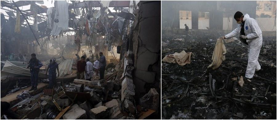 """Do ponad 140 wzrosła liczba ofiar śmiertelnych sobotniego ataku na uczestników pogrzebu w jemeńskiej Sanie. Szyiccy rebelianci Huti oskarżają o nalot międzynarodową koalicję pod egidą Arabii Saudyjskiej, która jednak zaprzecza i zapowiada śledztwo. Stany Zjednoczone, """"głęboko poruszone"""" nalotami, ogłosiły """"natychmiastowe zbadanie"""" amerykańskiego wsparcia dla koalicji dowodzonej przez Rijad."""