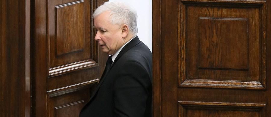 """Prezes PiS Jarosław Kaczyński powiedział w wywiadzie dla dziennika """"La Repubblica"""" i kilku europejskich gazet, że Unia Europejska stosuje """"brutalny język"""" wobec Polski. """"Kto nas atakuje, nie wygra. Polska pozostanie Polską""""- podkreślił."""