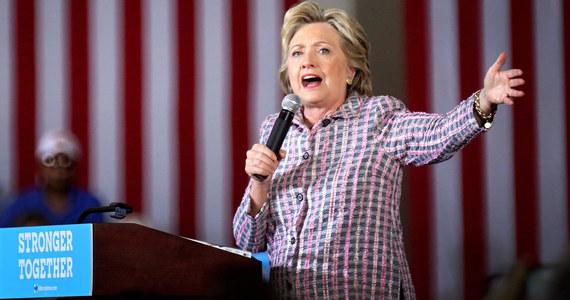 """""""Wystarczy, że Hillary Clinton czeka, aż Donald Trump popełni kolejny błąd, ale jednocześnie musi dokładnie przejrzeć swój życiorys, żeby być przygotowaną na atak na ostatniej prostej – taki jak ujawnienie rozmowy Trumpa"""" (dot. kobiet – przyp. red.) – mówi w rozmowie z RMF FM profesor Bohdan Szklarski z Ośrodka Studiów Amerykańskich Uniwersytetu Warszawskiego. Podkreśla, że najbliższe tygodnie amerykańskiej kampanii wyborczej będą miały kluczowe znaczenie i trzeba być przygotowanym na różne scenariusze."""