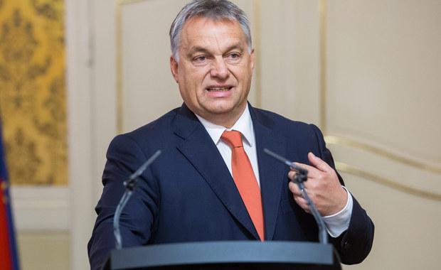 """Premier Węgier Viktor Orban oświadczył, że liczy na poparcie wszystkich posłów w sprawie poprawki do konstytucji zakazującej osiedlania na Węgrzech obcej ludności, którą złoży w poniedziałek w parlamencie. """"Uważam, że stworzyliśmy piękny tekst. Będzie on z korzyścią dla węgierskiej konstytucji i jednoznacznie wyraża wolę ludzi"""" – oznajmił."""