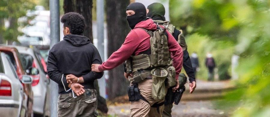 Jeden z trzech mężczyzn zatrzymanych w sobotę w Chemnitz w Saksonii jest podejrzany o współsprawstwo w przygotowaniach do zamachu. Znajduje się w rękach policji. Dwóch pozostałych zwolniono - podała w niedzielę policja w Dreźnie. Trwa pościg za głównym podejrzanym. Niemieccy funkcjonariusze twierdzą, że wczoraj byli bliscy jego zatrzymania. Jednak młodemu Syryjczykowi udało się wymknąć z okrążenia. Na lotnisku Tegel w Berlinie policjanci wyprowadzili z samolotu osobę podobną do poszukiwanego.