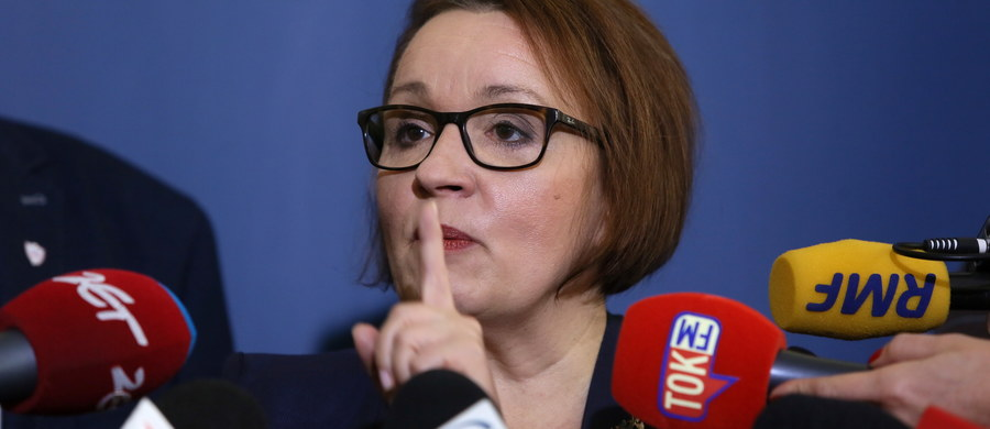 """Czy likwidacja gimnazjów jest zagrożona? - pyta """"Fakt"""". Projekt ustawy, który przygotowany został przez Annę Zalewską - szefową Ministerstwa Edukacji Narodowej - skrytykowali nawet inni ministrowie. Zalewska musi go teraz poprawić - czytamy w dzienniku."""