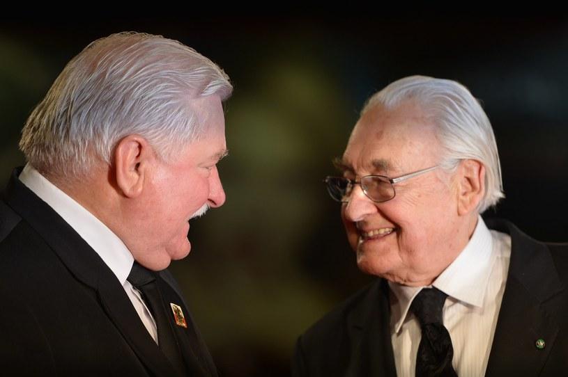"""""""Odszedł człowiek wielki, wielki patriota, wielki Polak, wielki reżyser"""" - powiedział o zmarłym w niedzielę, 9 października, wieczorem Andrzeju Wajdzie były prezydent Lech Wałęsa. """"Traktowałem go jako nauczyciela patriotyzmu"""" - podkreślił."""