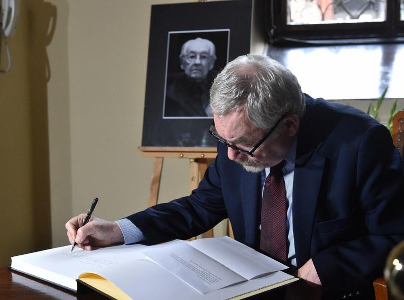 """Po śmierci Andrzeja Wajdy w Urzędzie Miasta Krakowa wyłożono księgę kondolencyjną. """"Należał do tych, którzy czynili Polskę lepszą"""" - napisał o zmarłym reżyserze prezydent Jacek Majchrowski."""