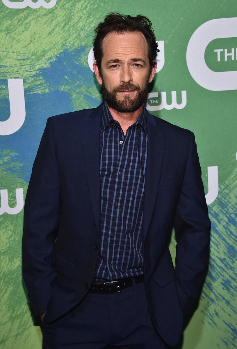 """Luke Perry marzył o karierze gwiazdy filmowej, jednak na zawsze został związany z postacią serialowego Dylana McKaya z """"Beverly Hills, 90210"""". Żadna inna rola nie przyniosła mu tyle sławy i uwielbienia ze strony fanek. Mimo licznych prób, nie zdołał się od niej w pełni uwolnić."""