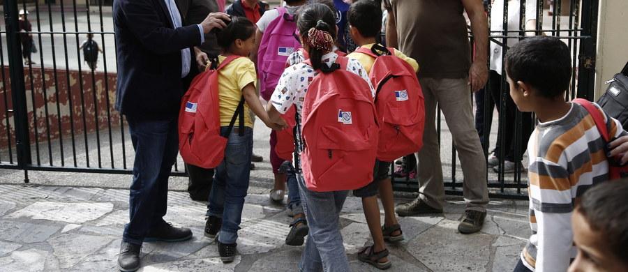 """Około stu policjantów musiało eskortować dzieci uchodźców, które poszły do szkoły w greckiej wiosce Profitis. Decyzja o pozwoleniu dzieciom uchodźców na rozpoczęcie nauki w lokalnej szkole wywołała masowe protesty mieszkańców. """"Nasze dzieci będą gwałcone i kto za to odpowie?"""" – pytał retorycznie jeden z protestujących."""