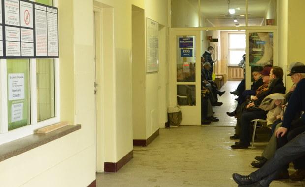 Prawie 80 zarzutów usłyszeli lekarz i aptekarz z powiatu głubczyckiego w województwie opolskim. Chodzi o wystawianie fałszywych recept i wyłudzanie pieniędzy za lekarstwa.
