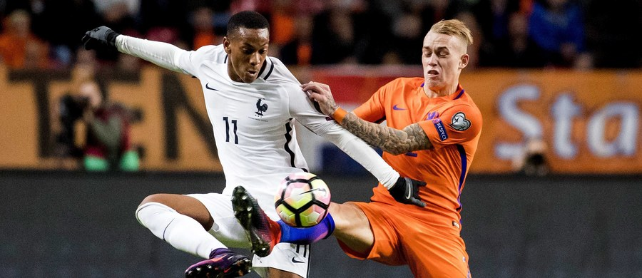Holandia uległa u siebie Francji 0:1 w najciekawiej zapowiadającym się poniedziałkowym meczu eliminacji piłkarskich mistrzostw świata. Belg Christian Benteke strzelił pierwszego gola Gibraltarowi (6:0) już w ósmej sekundzie. Polska podejmie we wtorek Armenię.
