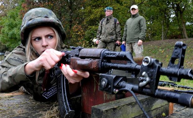 Choć niektórzy karabin w ręku trzymali pierwszy raz w życiu, większość swoją przyszłość wiąże z wojskiem. Kilkadziesiąt osób z organizacji proobronnych przeszło dziś szkolenie na wojskowej strzelnicy w Szczecinie. To oni mają tworzyć zalążek obrony terytorialnej.