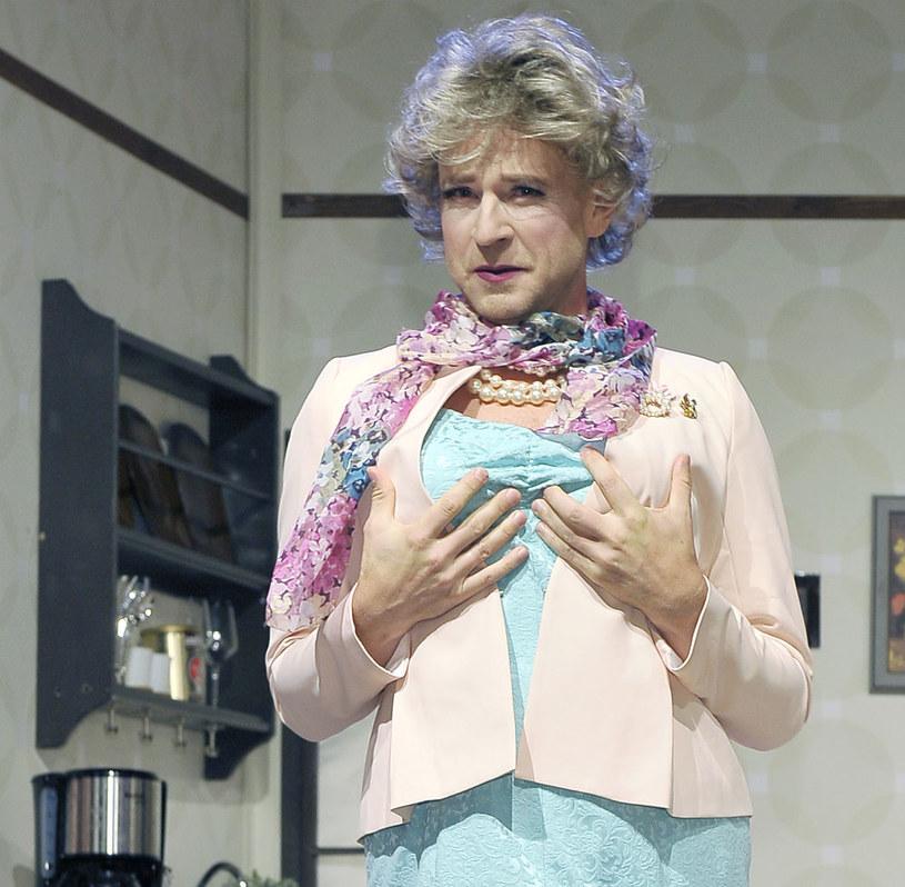 """Wojciech Błach w swoim nowym spektaklu, komedii """"Nikt nie jest doskonały"""", przebiera się za kobietę. Aktor szybko opanował chodzenia na obcasach, ale już noszenie rajstop to dla niego gehenna..."""