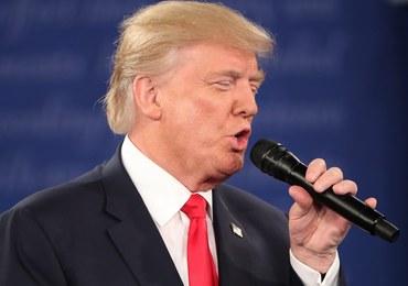"""Trump znów atakuje Clinton na wiecu. Zebrani skandowali: """"Zamknąć ją!"""""""