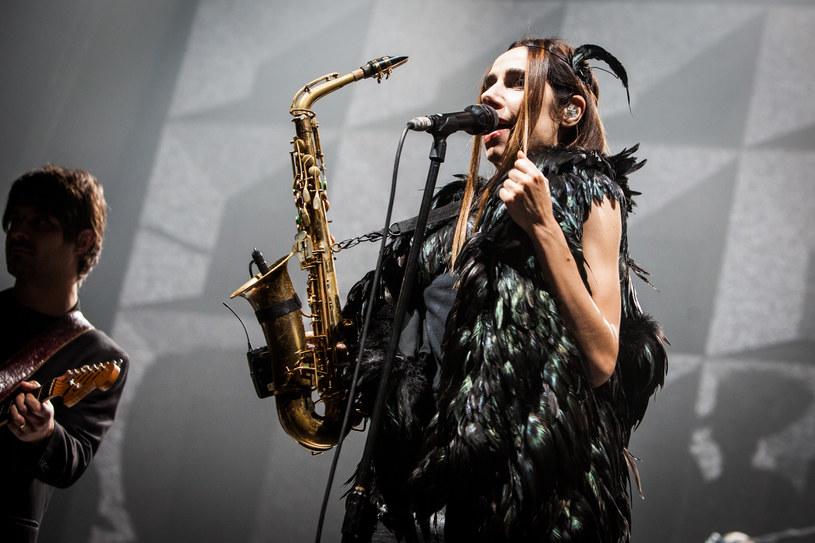 """Na koncerty artystów takich jak Polly Jean Harvey nie chodzimy po to, by poznawać, nie wypatrujemy spektakularnych niespodzianek (choć ich obecność zawsze mile widziana). Chodzimy po to, by się delektować. A było czym się delektować podczas środowego (12 października) koncertu na warszawskim Torwarze. Artystka promuje właśnie swój najnowszy, dziewiąty album """"The Hope Six Demolition Project""""."""