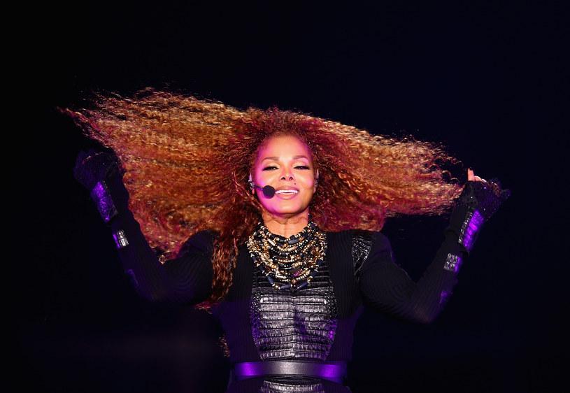 """W kwietniu pojawiły się pogłoski, że Janet Jackson spodziewa się dziecka. Tym razem nie ma już wątpliwości - 50-letnia wokalistka pokazała ciążowy brzuch w magazynie """"People""""."""