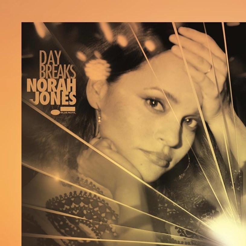 Tęsknicie za czasami wokalistek, śpiewających całą gamą emocji przy akompaniamencie jazzowo brzmiącego fortepianu? Norah Jones pozwala nam wrócić do klimatu klubów lat 40. i 50. Co więcej, czyni to naprawdę wyśmienicie.