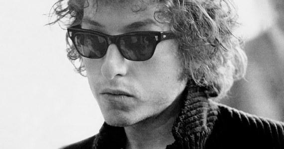 Bob Dylan został laureatem Literackiej Nagrody Nobla! Ten amerykański piosenkarz, kompozytor, autor tekstów, pisarz i poeta to jedna z najważniejszych postaci muzyki popularnej ostatnich pięciu dekad. Wybór Akademii Szwedzkiej został nagrodzony głośnymi brawami.