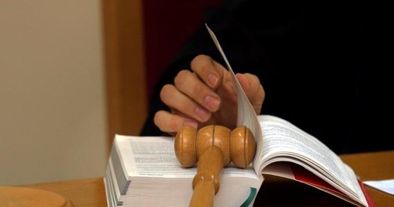 Przed Sądem Okręgowym w Białymstoku zakończył się proces 68-letniego mężczyzny, oskarżonego o znęcanie się nad dziećmi konkubiny i doprowadzenie przez to do samobójstwa 13-latka. W I instancji sąd orzekł prace społeczne. Prokuratura uważa karę za rażąco niską, a obrona chce uniewinnienia, ewentualnie uchylenia wyroku i zwrotu sprawy do ponownego rozpoznania Sądowi Rejonowemu w Sokółce. Wyrok zostanie ogłoszony 27 października.