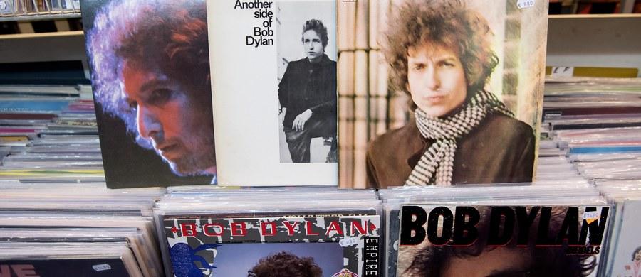 """Akademii Szwedzkiej wciąż nie udało się skontaktować z Bobem Dylanem, któremu w czwartek przyznano literackiego Nobla. Amerykański muzyk i autor tekstów unika także mediów. Dylan dostał nagrodę Nobla za """"tworzenie nowych form poetyckiej ekspresji w ramach wielkiej tradycji amerykańskiej pieśni""""."""