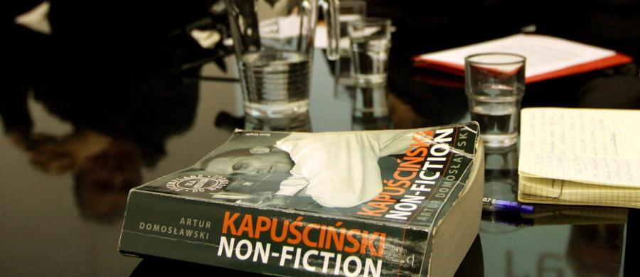 Sąd prawomocnie uchylił zakaz publikacji rozdziału o kobietach w życiu Ryszarda Kapuścińskiego w ewentualnych wznowieniach jego biografii pióra Artura Domosławskiego. W piątek uwzględniono apelację Domosławskiego od części wyroku sądu I instancji.