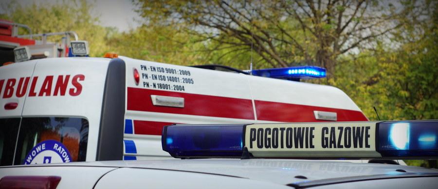 Tajemnicza eksplozja w bloku przy ulicy Turmonckiej na warszawskim Targówku. W wybuchu zginął 48-letni mężczyzna, a jedna osoba została ranna. Z budynku ewakuowano kilkaset osób.