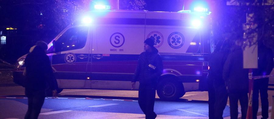 """""""Ktoś otworzył drzwi, kopnął paczkę, ona wybuchła. To wygląda na porachunki"""" - mówi naszemu reporterowi jeden z mieszkańców bloku na warszawskim Targówku, gdzie wczoraj wieczorem doszło do eksplozji ładunku wybuchowego. Zginął 48-letni mężczyzna, a drugi został ranny. Policja, która szuka sprawcy, wyklucza atak terrorystyczny. """"Jedną z hipotez, jakie będą weryfikować policjanci, są porachunki na tle finansowym"""" - mówi rzecznik komendanta stołecznego Mariusz Mrozek."""