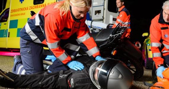"""Przez trzy dni ratownicy medyczni rozmawiali o tym, jak lepiej i skuteczniej ratować ludzkie życie. W sumie w krakowskim kongresie wzięło udział kilkuset specjalistów z całego kraju. Przesłanie szkolenia brzmiało """"Quo vadis?"""". Medycy nie tylko zastanawiali się dokąd zmierza współczesne ratownictwo, ale także szkolili się z technik ratowania życia, aspektów prawnych ich pracy, a nawet z samoobrony."""