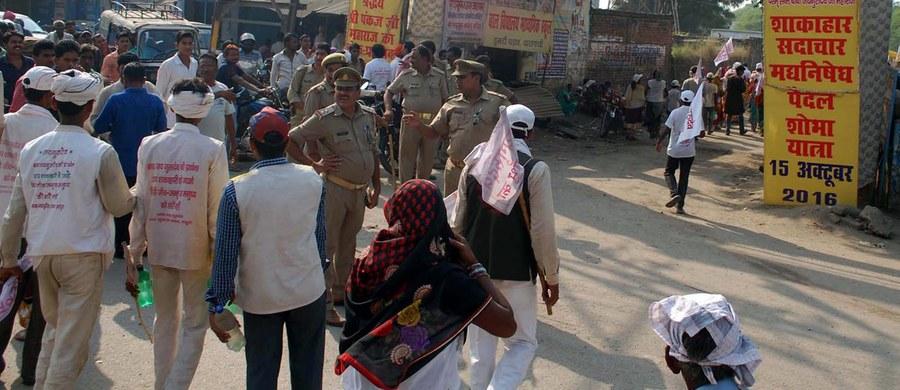 Co najmniej 19 pielgrzymów straciło życie, a około 50 zostało rannych, gdy w sobotę wybuchła panika na zatłoczonym moście, którym wierni zmierzali do świątyni hinduistycznej w Waranasi w północnych Indiach - poinformowała miejscowa policja. Jej przedstawiciel Javeed Ahmad powiedział, że panika wybuchła, gdy pojawiły się pogłoski, że wali się most, przez który próbowały przejść setki osób.