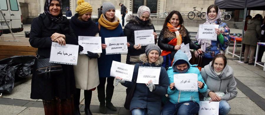 """""""Polska przeciwko rasizmowi i przemocy"""" to hasło demonstracji, podczas której zbierano podpisy pod apelem nawołującym do przeciwstawiania się przemocy. To element obchodzonego w sobotę Dnia Solidarności z Uchodźcami. W całym kraju odbywały się spotkania, akcje społeczne, happeningi, pokazy filmów i koncerty."""