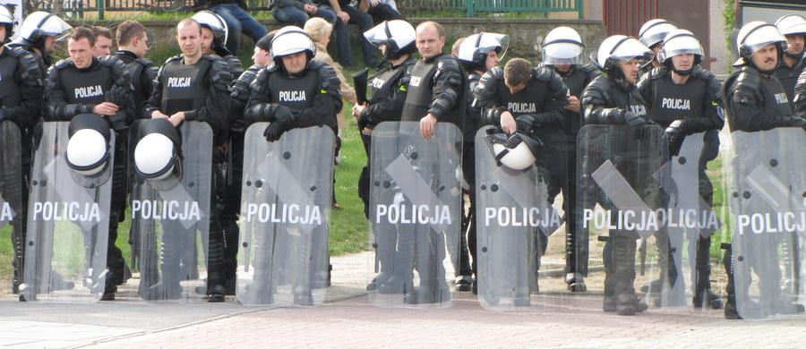 Kilkanaście osób zostało zatrzymanych po zadymie pseudokibiców w Katowicach. Do zajść doszło przed Spodkiem, gdzie zorganizowano galę sportów walki. Policja musiała między innymi użyć armatki wodnej. Zabezpieczono koktajle Mołotowa, maczety, metalowe pałki i kije.