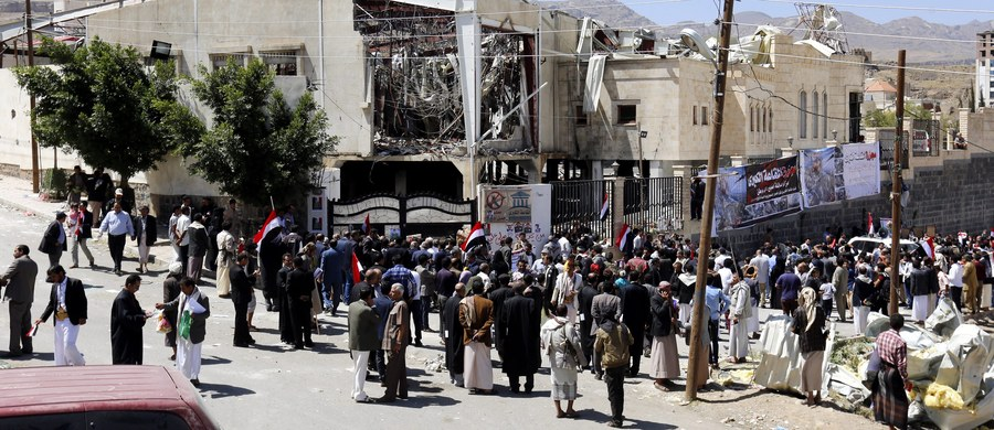 Międzynarodowa koalicja pod wodzą Arabii Saudyjskiej, zwalczająca w Jemenie rebelię Huti, podała, że błędna informacja o zebraniu uzbrojonych liderów Huti była powodem nalotów na uczestników pogrzebu w Sanie. 8 października zginęło 140 osób.