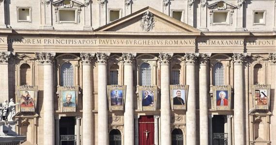 Papież kanonizował siedem osób: pochodzących z Włoch, Argentyny, Meksyku, Hiszpanii i Francji. W mszy na placu Świętego Piotra uczestniczyło około 80 tysięcy osób.