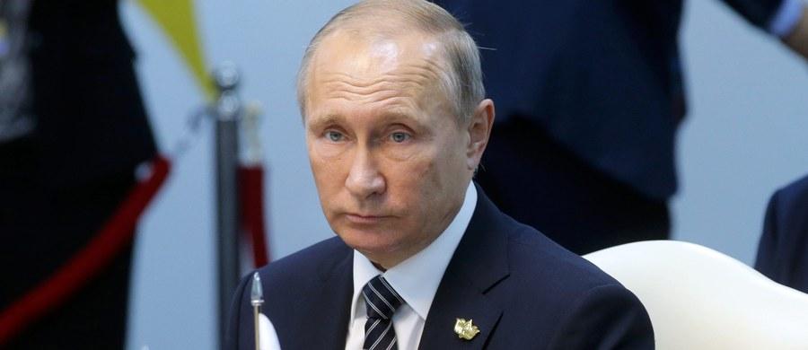 Prezydent Władimir Putin odrzucił oskarżenia, iż to Rosja stoi za hakerskimi atakami w USA i nazwał zarzuty retoryką przedwyborczą. Wyraził nadzieję, że stosunki między Moskwą a Waszyngtonem poprawią się po listopadowych wyborach prezydenckich w USA.