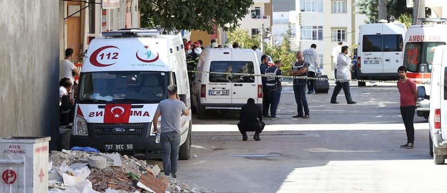 Trzej oficerowie policji zginęli, a osiem osób zostało rannych w samobójczym zamachu w mieście Gaziantep na południu Turcji - poinformowały źródła szpitalne. Do wybuchu doszło w niedzielę podczas akcji policyjnej przeciw domniemanej grupie Państwa Islamskiego.