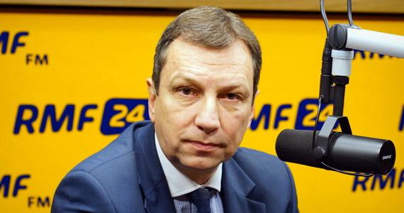 """To niedobrze, że do tej pory nie ma ustawy reprywatyzacyjnej - przyznaje gość Porannej rozmowy w RMF FM, Andrzej Halicki. Szef warszawskiej Platformy Obywatelskiej w rozmowie z Robertem Mazurkiem mówi, że taka ustawa była gotowa już w 2008 roku, a później w 2011 roku. """"Biję się w piersi, nie byłem na tyle przekonujący, żeby mojego premiera kilka lat temu przekonać do tej ustawy"""" - przyznaje Halicki. """"Nie było zwłaszcza zgody ze strony ministra finansów. Źle, że wtedy jej nie przyjęliśmy"""" - dodaje. Według Halickiego konieczna jest komisja śledcza do spraw reprywatyzacji. """"Uważam, że jest potrzebna, bo akurat w tym wypadku nie jest bagatelnym, czy i w jaki sposób powstawało prawo, a właściwie nie powstawało"""" - uzasadnia gość Roberta Mazurka. Likwidacja CBA i IPN? Zdaniem Halickiego żadna instytucja nie może być nadużywana przez partie polityczne. """"CBA nie powinno działać w takiej formule"""" - twierdzi Halicki. Mówiąc o IPN, szef warszawskiej PO twierdzi, że """"instytut z orzełkiem w koronie nie może służyć manipulacjom lub partyjnej doktrynie""""."""