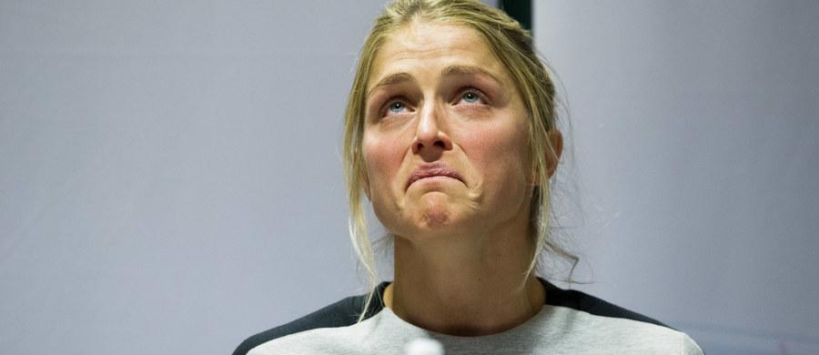 """Lekarz reprezentacji Norwegii, który namówił najlepszą obecnie na świecie biegaczkę narciarską Norweżkę Therese Johaug do stosowania maści zawierającej sterydy anaboliczne, pracował osiem lat dla producenta tego preparatu - odkrył szwedzki dziennik """"Aftonbladet"""". """"Dlatego bardzo dziwne jest tłumaczenie Fredrika Bendiksena, że nie wiedział co aplikuje swojej podopiecznej i jeszcze ją do tego namawiał"""" - skomentowała gazeta."""