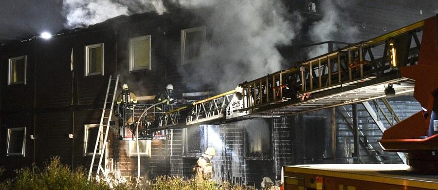 Czterdzieści osób ewakuowano z ośrodka dla uchodźców w południowej części Sztokholmu w związku z pożarem. Policja wszczęła śledztwo w sprawie ewentualnego podłożenia ognia. W Szwecji notuje się wzrost liczby ataków na tego rodzaju placówki.