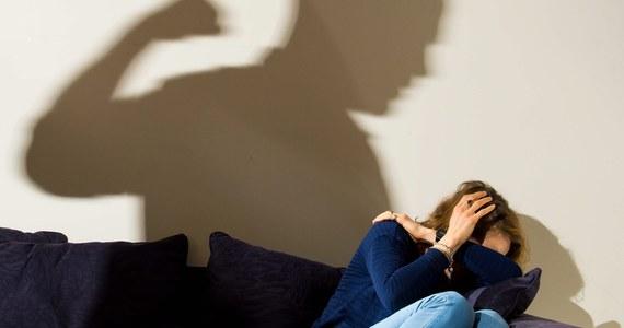 W małej miejscowości pod Sewillą zginęła zasztyletowana przez męża opiekunka starszej osoby i matka ich dwojga dzieci. Kobiecie wcześniej odmówiono pomocy w ramach programu ochrony ofiar przemocy domowej. Organizacje walczące o prawa kobiet w Hiszpanii biją na alarm.