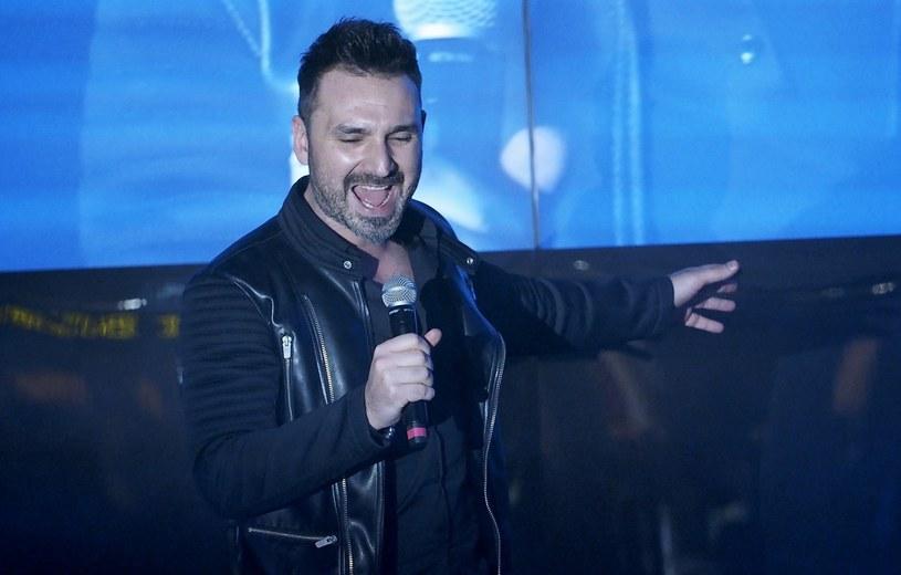 """W serialu """"Barwy szczęścia"""" można usłyszeć piosenkę """"W płomieniach"""", którą wykonuje Mateusz Ziółko, laureat trzeciej edycji """"The Voice of Poland""""."""