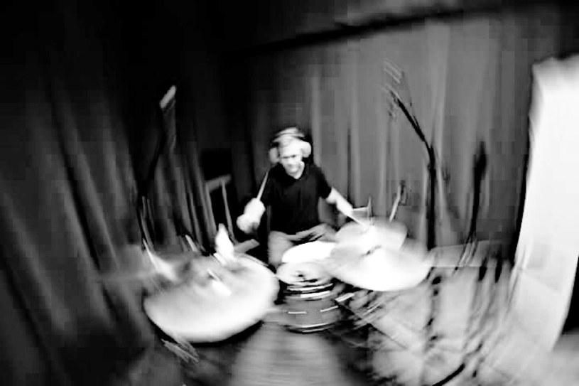 """W nocy z niedzieli na poniedziałek (16/17 października) w wypadku samochodowym zginął 24-letni Kuba Chaba, perkusista znany z Kapeli Sołtysa z Wąchocka, którą możemy pamiętać z czwartej edycji """"Must Be The Music""""."""