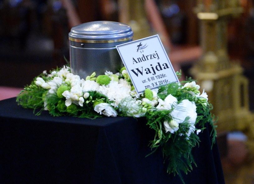 Andrzej Wajda został pochowany w środę w Krakowie; urna z jego prochami została złożona na Cmentarzu Salwatorskim. - Odszedł wielki, polski twórca, dla którego Polska była tematem najważniejszym - mówił prezes Stowarzyszenia Filmowców Polskich Jacek Bromski.
