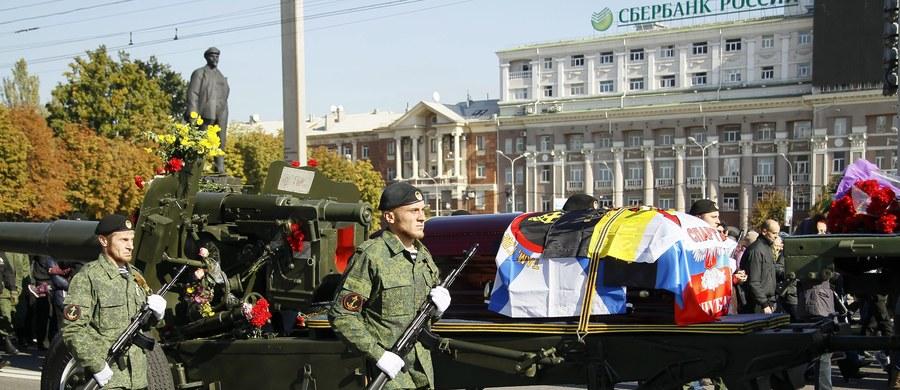 """W opanowanym przez separatystów Doniecku na wschodzie Ukrainy pochowano z honorami wojskowymi zabitego w zamachu rosyjskiego bojownika Arsena Pawłowa o pseudonimie """"Motorola"""", który przyznawał w wywiadach, że zabił co najmniej 15 ukraińskich żołnierzy. Władze samozwańczej Donieckiej Republiki Ludowej (DRL) urządziły pożegnanie w gmachu opery, a trumnę wieziono na cmentarz na armatniej lawecie."""