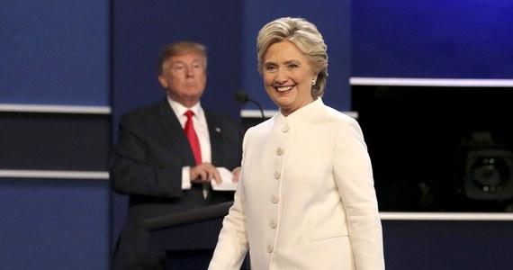 """W ostatniej debacie telewizyjnej z Hillary Clinton Donald Trump nie zmienił swej wyzywającej postawy i nie odwołał kontrowersyjnych opinii, które wywołały burzę krytyki i spowodowały utratę poparcia części wyborców. Z wyjątkiem pierwszych 30 minut, kiedy kandydaci do Białego Domu polemizowali w sprawie obsady Sądu Najwyższego i imigracji, reszta debaty raz jeszcze przekształciła się w brutalną kłótnię, w której oboje się przekrzykiwali. Trump przerywał Clinton, a w pewnym momencie powiedział o swej oponentce: """"Jakaż z niej paskudna kobieta...""""."""