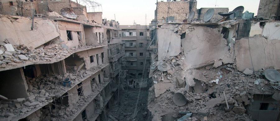 """Krótko po rozpoczęciu """"przerwy humanitarnej"""" w Aleppo na północy Syrii doszło do walk i ostrzału artyleryjskiego w korytarzach humanitarnych wyznaczonych przez siły syryjskie i rosyjskie - podała AFP. """"Przerwa humanitarna"""" miała umożliwić rebeliantom i cywilom opuszczenie oblężonych przez syryjskie siły rządowe dzielnic miasta."""