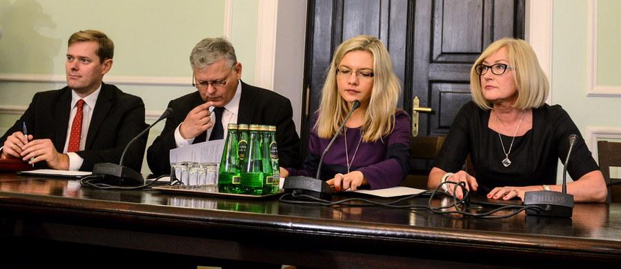 """Komisja śledcza ds. Amber Gold chce przesłuchać lekarza, który wystawił zwolnienie prok. Barbarze Kijanko mającej być pierwszym świadkiem przed tą komisją. """"Ustaliliśmy, że prokurator od czerwca przebywa na zwolnieniu"""" - poinformowała szefowa komisji Małgorzata Wassermann."""