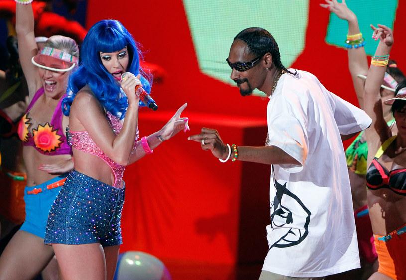 Snoop Dogg (który 20 października obchodzi 45. urodziny) znany jest ze swojego zamiłowania do kobiet. W sporej liczbie jego klipów możemy zobaczyć skąpo ubrane modelki i tancerki. W trakcie swojej kariery raper wchodził też kilkukrotnie we współpracę z wokalistkami. Poniżej znajdziecie kilka przykładów.