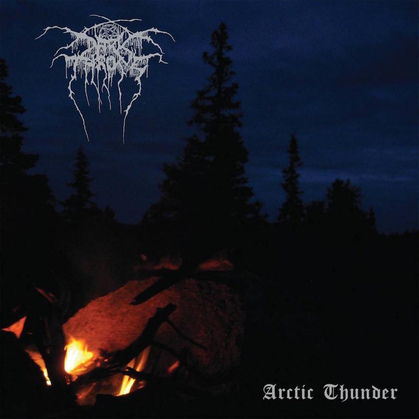"""Jako miejsce nagrań - stara sadyba The Bomb Shelter, w której Norwegowie z Darkthrone odbywali próby na samym początku; na okładce """"Arctic Thunder"""" dawno niespotykane zdjęcie w oldskulowym stylu (ognisko nocą z jednej z wypraw Fenriza w leśne ostępy), w końcu krążące pogłoski o powrocie w bliżej niesprecyzowanie rejony black metalu sprzed lat. Czy poza niezdrowym podnieceniem wyniknęło z tego coś jeszcze?"""